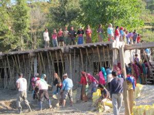 alle dorpsbewoners helpen vrijwillig mee