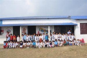 Alle kinderen van Mohan Dada voor hun nieuwe school