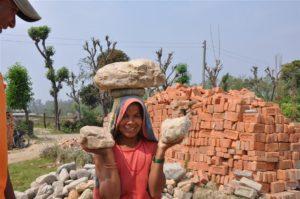 Vrouwen uit omliggende dorpen helpen bij de bouw.