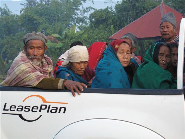 Mensen worden met de Toyota vervoerd naar het oogziekenhuis voor een staaroperatie.