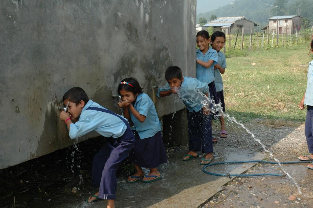 Watervoorziening bij de lagere school in Hasoura