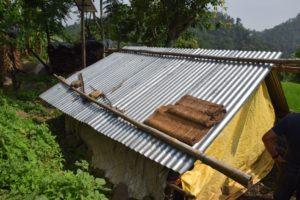 van oude dakplaten, zakken en lappen heeft de familie een onderkomen 'gebouwd'