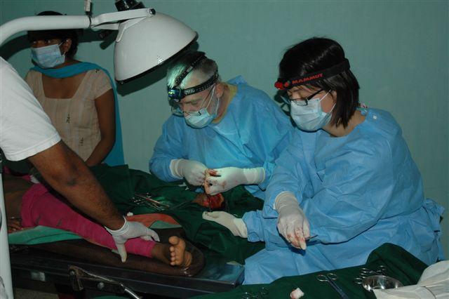 Marjolein en Hans opereren de voet van een meisje