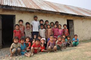 kinderen voor de oude school gemaakt van leem