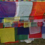 Gebedsvlaggen. Het idee is dat de wind de heilzame teksten met de wind verspreid.