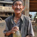 Een Nepalees met een fles nationale volksdrank raksi
