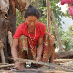 In veel bergdorpjes groeit een speciale grassoort, waar men vegers van maakt. Deze vrouw maakt gemiddeld 5 vegers per dag. Ze worden naar de stedelijke plaatsen gebracht voor de verkoop. De opbrengst van 5 vegers is ongeveer € 1,-.