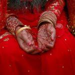 Met hennep versierde handen van een Tarubruidje