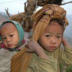 Broertjes en zusjes zorgen voor de kleintjes als de ouders in de velden werken.