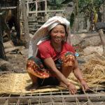 Vrouw maakt een gunderie ofwel Nepalese slaap- zitmat.