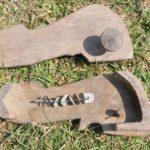 85 jaar geleden werden deze houten slippers gedragen door de Taruvrouwen. Aan de onderkant zitten 'belletjes', zodat de vrouwen elkaar konden horen in de gevaarlijke jungle.